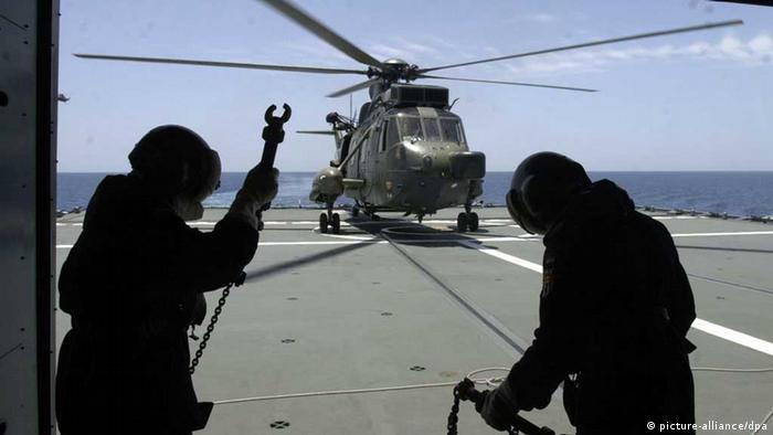 Soldaten vor einem Helicopter in Dschibuti (Foto: dpa)