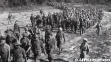 Bildunterschrift:DIEN BIEN PHU, VIET NAM: This picture taken in May 1954 shows captured French soldiers, escorted by Vietnamese soldiers, walking to a prisoner camp in Dien Bien Phu. Vietnam will mark 13 March 2004 the 50th anniversary of the start of the siege of Dien Bien Phu, the epic battle that precipitated the collapse of French colonial rule in Indochina. The fighting began March 13, 1954, and 56 days later, 07 May, shell-shocked survivors of the French garnison hoisted the white flag to signal the end to one of the greatest battles of the 20th century. AFP PHOTO/VNA/FILES (Photo credit should read AFP/AFP/Getty Images)