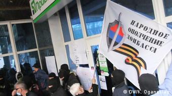 Separatists raiding a bank in Donetsk (photo: DW/Karina Oganesian)