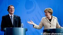 Bundeskanzlerin Angela Merkel (CDU) und Zyperns Präsident Nikos Anastasiadis sprechen am 06.05.2014 im Bundeskanzleramt in Berlin auf einer Pressekonferenz zu den Medienvertretern. Kay Nietfeld/dpa