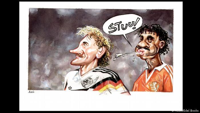 """1990. godine je Njemačka u Italiji slavila treći naslov svjetskog prvaka. """"Panceri"""" su u finalu pobijedili Argentinu 1:0. Prvenstvo je ostalo zapamćeno nesportskim ponašanjem Holanđanina Franka Rijkaarda (desno) koji je pljunuo Rudi Völlera u osmini finala. Obojica su isključena iz igre. Njemačka je pobijedila 2:1 i ujedno se revanširala za poraz na Evropskom prvenstvu 1988. godine."""