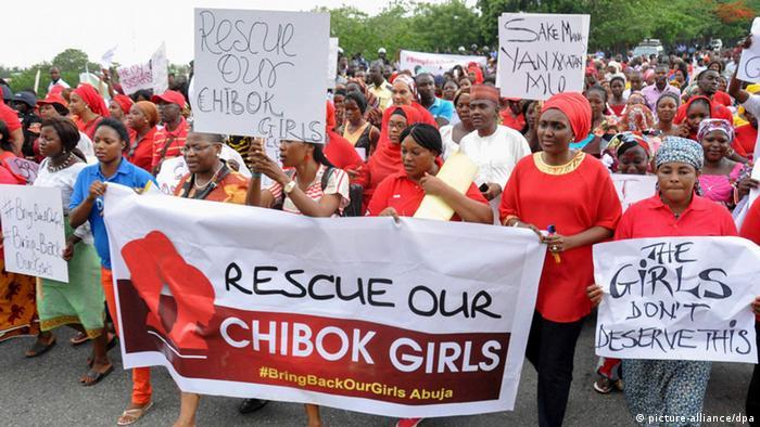 Demonstration nach Entführung von Mädchen in Nigeria. (Foto: EPA/DEJI YAKE dpa)