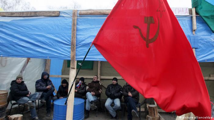 Проросійські сепаратисти з прапором СРСР у Луганську