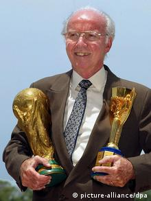 Mario Zagallo mit WM-Pokalen