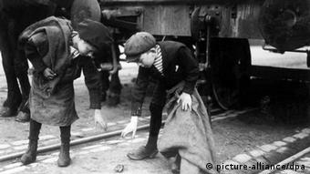 Niños recogen carbón durante la Primera Guerra. América Latina sirvió como proveedor de materias primas.