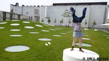 One Minute Sculpture von Erwin Wurm im Frankurter Städel am 6.5.2014, Performer Erwin Wurm, dem ab 07.05.2014 eine Ausstellung im Frankfurter Museum Städel gewidmet ist: ONE MINUTE SCULPTURES Der österreichische Künstler Erwin Wurm im DW-Gespräch Bild: DW/Jochen Kürten
