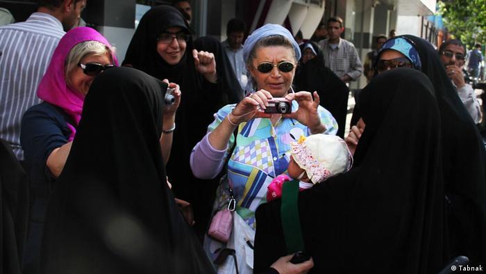 در این روز اعتراض، گردشگران اروپایی بدحجاب از زنان محجبه عکس گرفتند