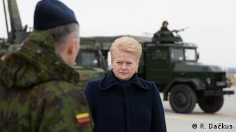 Президент Литвы Даля Грибаускайте беседует с литовским военным