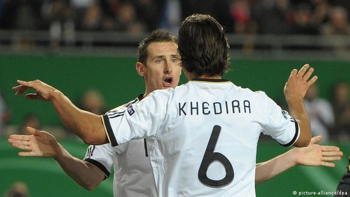 Miroslav Klose (l.) und Sami Khedira jubeln (Foto: Ronald Wittek dpa)