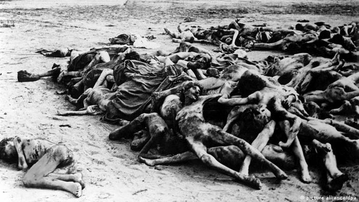 A mound of bodies pictured at the liberation of Bergen-Belsen concentration camp in 1945, Copyright: picture alliance/dpa