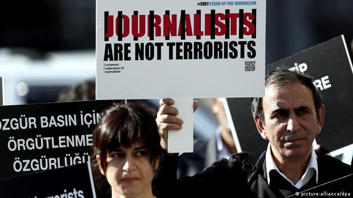 Türkische Journalisten protestieren gegen die Inhaftierung von Kollegen in Istanbul