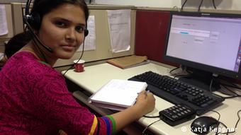 Frauen im Wahlkampf Indien - Ort: Neu Delhi, Indien Autorin: Katja, Keppner 1. Rama, Mitarbeiterin der Frauen-Notrufzentrale Helpline 181 am Telefon Die Mitarbeiterinnen der Notrufzentrale Helpline 181 in Neu Delhi helfen Frauen, die Opfer von sexueller Gewalt geworden sind.