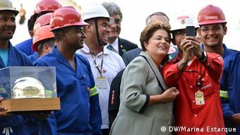 Dilma Rousseff posiert für einen Selfie