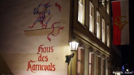 Bild von dem beleuchteten Logo des Haus des Karneval in der Altstadt.