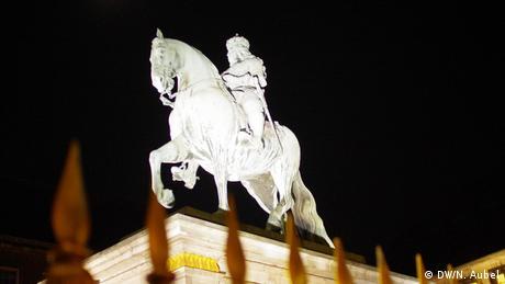 Bild vom Jan-Wellem-Denkmal bei Nacht.