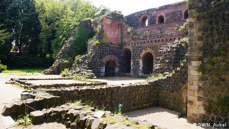 Bild von der Kaiserpfalz-Ruine im Sommer.