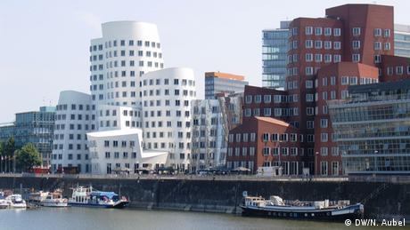 Bild von den Gehry-Bauten im Düsseldorfer Medienhafen.