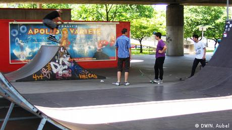 Bild von einer Rampe mit drei Skatern im Skaterpark.