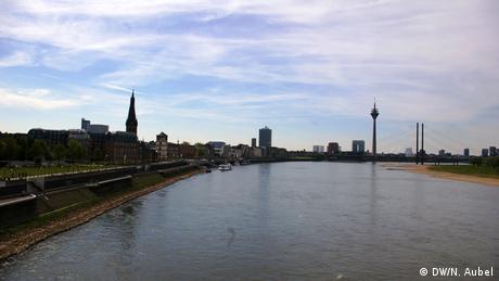 Bild von der Skyline Düsseldorfs von der Oberkasseler Brücke aus.