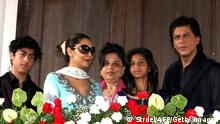 Bildunterschrift:Indian Bollywood actor Shah Rukh Khan (R), pictured with his family (L-2nd R); son Aryan Khan, wife Gauri Khan, sister Shehnaz, and daughter Suhana, pose during an event at his residence during the Muslim festival of Eid al-Fitr in Mumbai on August 9, 2013. AFP PHOTO/STR (Photo credit should read STRDEL/AFP/Getty Images)