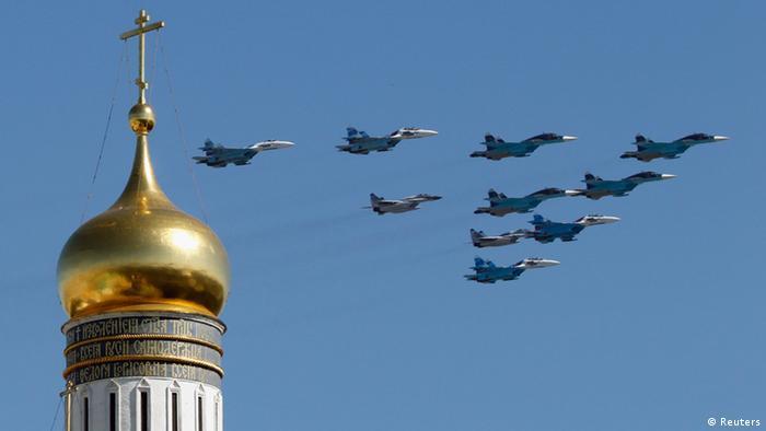 Самолеты на фоне золотого купола собора на параде Победы в Москве