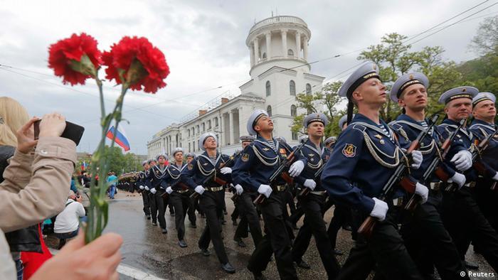 Soldaten marschieren in Sewastopol im Stechschritt bei der Parade zum 69. Jahrestages des Sieges über Nazi-Deutschland (Foto: Reuters)