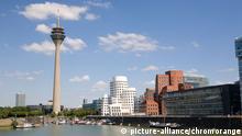 Düsseldorf, Rheinturm und Gehry-Bauten am Medienhafen