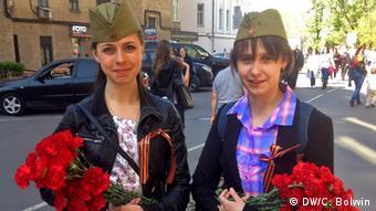 Mit Blumen zur Parade. Zwei junge russische Frauen (Foto: Charlotte Bolwin)