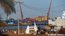 Hafen, Container Titel: Abholzung des Waldes - Guinea-Bissau Abholzung des Waldes Wer hat das Bild gemacht/Fotograf?: Marcio Pessoa Wann wurde das Bild gemacht?: April 2014