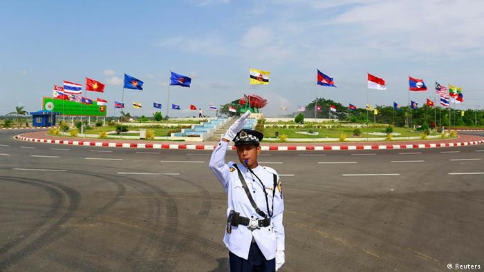 ASEAN Gipfel 2014: In Naypyidaw (Myanmar) regelt ein Verkehrspolizist den Kreisverkehr (Foto: Reuters)