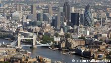 Aerial photo of Tower Bridge, the City financial district of London, (centre) and 30 St Mary Axe (right), also known as the Gherkin, or the Swiss Re Tower, alongside the river Thames in the City of London. Picture date: Monday July 14, 2008. Foto: Dominic Lipinski/PA +++(c) dpa - Report+++