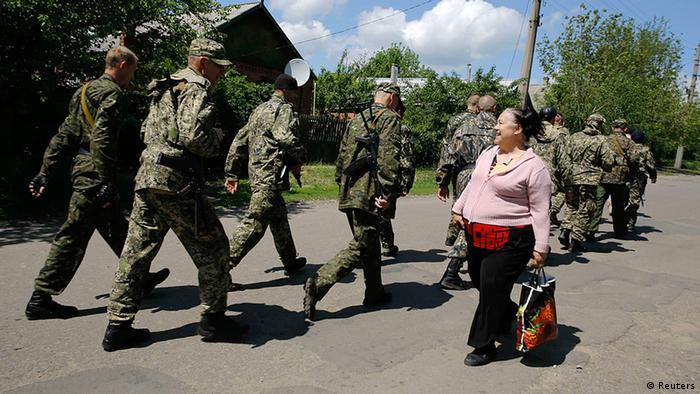 Ukraine pro-russische Militanten Passantin Frau 11.5.