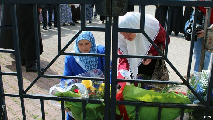Majke i supruge bošnjačkih žrtava su polaganjem cvijeća na stadionu u Bratuncu odali poštu ubijenima