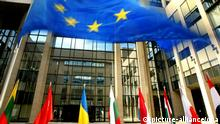 ARCHIV - Symbolbild - Die Fahnen der EU-Mitgliedsstaaten schmücken den Eingang des EU-Ratsgebäudes in Brüssel (Foto vom 16.06.2004). EPA/Olivier Hoslet (zu dpa Themenpaket Europawahl - Zentrale Institutionen der Europäischen Union vom 29.04.2014) +++(c) dpa - Bildfunk+++