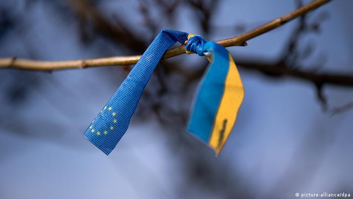 Ленточка на ветке с флагами ЕС и Украины