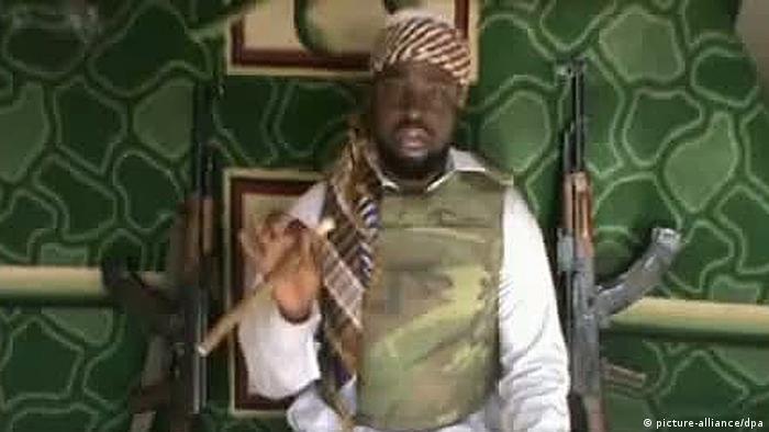 رجل ظهر في فيديو في 11.1.2012) يزعم أنه زعيم جماعة بوكو حرام في غرب إفريقيا أبوبكر شيكاو. وبسبب رداءة الصورة لم يمكن التأكد من هويته (أرشيف)
