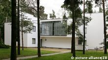 Blick auf das sanierte Kandinsky-Klee-Meisterhaus inmitten eines alten Baumbestandes in Dessau, aufgenommen am 18.07.2007. Das Bauhaus-Gebäude wurde wie zwei weitere Gebäude 1926 nach Plänen von Bauhaus-Chef Walter Gropius (1883-1969) errichtet. Die heute von der UNESCO aus Weltkulturerbe klassifizierten Meisterhäuser waren die Wohnstätten der Bauhausleiter. Unter ihnen befanden sich weltweit renommierte Künstler wie Lyonel Feininger, Oskar Schlemmer und Wassily Kandinsky. Waltraud Grubitzsch +++(c) dpa - Report+++