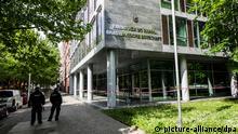 Polizisten stehen am 12.05.2014 in Berlin vor der brasilianischen Botschaft. Bislang Unbekannte haben in der Nacht über 20 Scheiben des Gebäudes zerstört. Der Staatsschutz hat die Ermittlungen aufgenommen. Foto: Paul Zinken/dpa