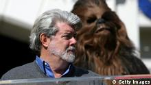 Bildunterschrift:PASADENA, CA - SEPTEMBER 19: Filmmaker George Lucas (L) and his 'Star Wars' character Chewbacca (R) attend the unveiling of the Grand Marshal for the 2007 Tournament of Roses Parade at Tournament House on September 19, 2006 in Pasadena, California. (Photo by Michael Buckner/Getty Images)