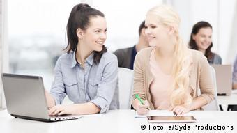 Студентки сидят перед ноутбуком