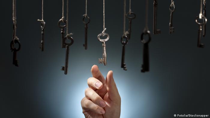 Рука, тянущаяся за ключом
