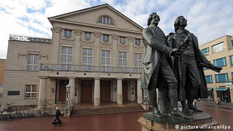 O Teatro Nacional Alemão, em frente às estátuas de Goethe e Schiller