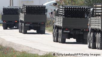 Военные грузовики перевозят трубы для прокладки водопровода в восточной части Крыма