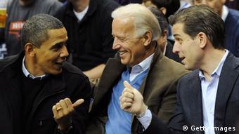 Barack Obama, Joe Biden und Hunter Biden sitzen nebeneinander (Foto: Alexis C. Glenn-Pool/Getty Images)