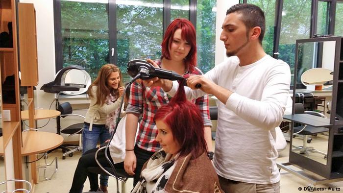 Junge Kosmetikerinnen und Frisöre verwandeln Seniorenheim in Beauty-Salon (DW/Victor Weitz)