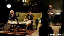 Video-Projektion und vier Leute auf Bühne. Szene aus The civil wars von Regisseur Milo Rau. Szenenausschnitt The civil wars von Milo Rau, vom 13.5.2014 in Brüssel.