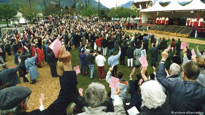 An open council held outdoors in Sarnen, Switzerland (Photo: KEYSTONE / Archive +++(c) dpa)