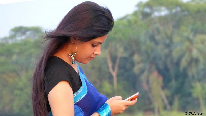 Bangladesch Frau Handy Smartphone Kommunikation (DW/A. Islam)