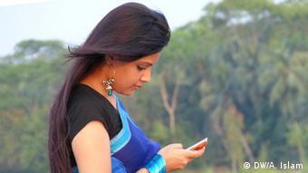 Bangladesch Frau Handy Smartphone Kommunikation