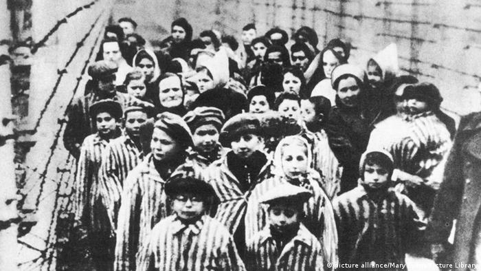Освобожденные советскими солдатами юные узники Освенцима. 1945 год